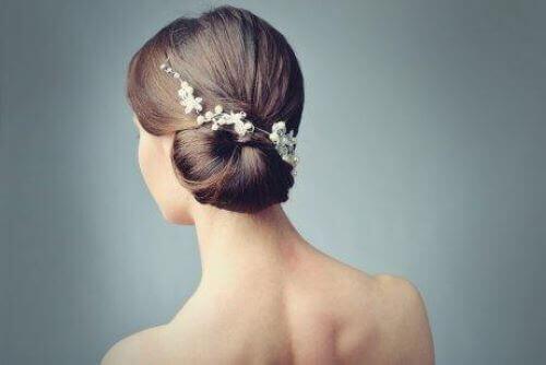 Es ist möglich, Haarschmuck mit Blumen und einem Schleier zu kombinieren