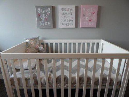 Bei der Dekoration des Babyzimmers kannst du eine Wand mit einem speziellen Design verzieren