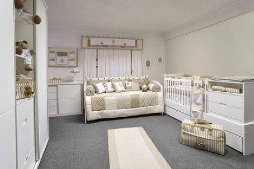 Die Beleuchtung trägt ebenfalls zur Dekoration des Babyzimmers bei