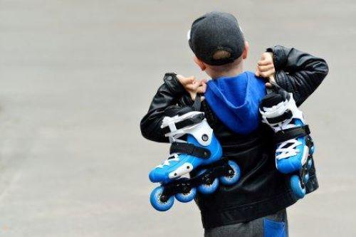 Wenn deine Kinder hinfallen oder Probleme damit haben, das Inline-Skaten zu erlernen, solltest du sie jedoch dazu ermutigen, es weiter zu versuchen.