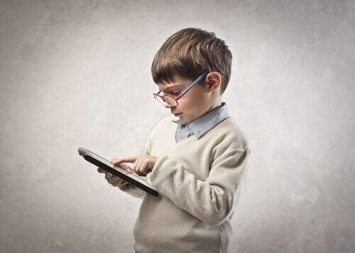 Kinder sind es gewohnt, mit Tablets, Smartphones und dergleichen in Kontakt zu kommen.
