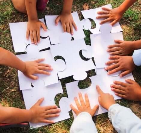 Kooperative Spiele: Kinder machen ein großes Puzzle zusammen