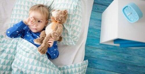 Das Schlafzimmer deines Kindes sollte Tageslicht haben, nachts jedoch dunkel gehalten werden.