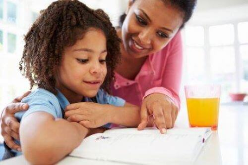 Es ist von grundlegender Wichtigkeit kleine Kinder zum Lernen zu motivieren, damit sie in der Schule ihr Bestes geben und lernen, den Lernprozess tatsächlich zu genießen.
