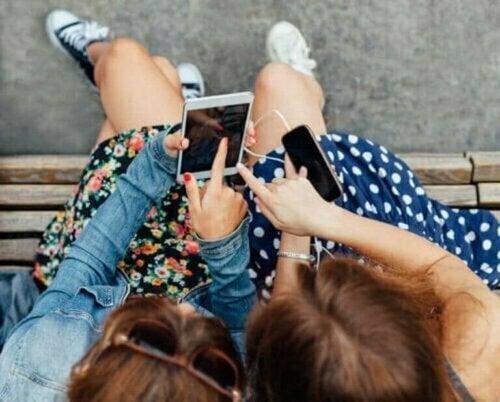 Die Kommunikation und die einzigartige Sprache der Jugendlichen wird von viralen Internet-Trends beeinflusst.