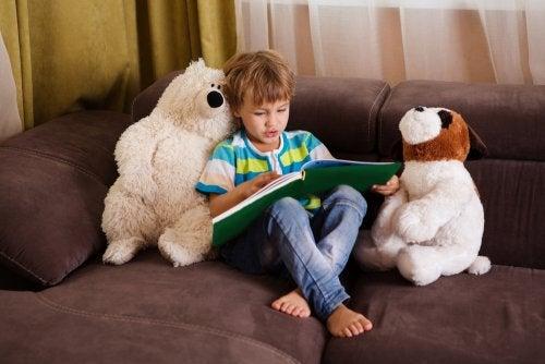 Verbessere das Leseverständnis deiner Kinder mit diesen 7 Strategien