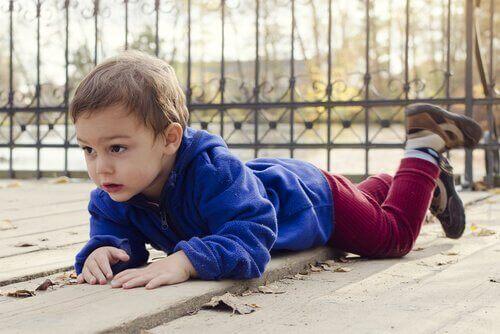 Haushaltsunfälle - Kind liegt nach Sturz auf dem Boden