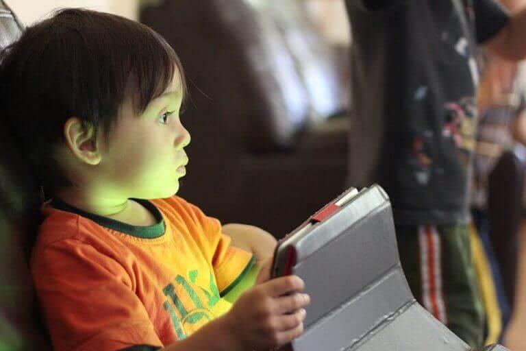 Internet - kleiner Junge spielt online