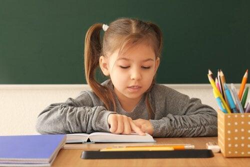 Leseverständnis - lesendes Mädchen