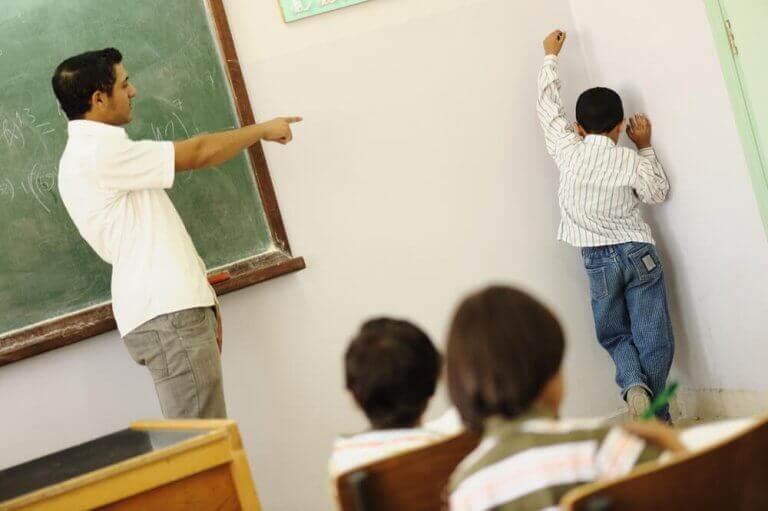 Ordnungsmaßnahmen - Junge steht in der Klasse in der Ecke