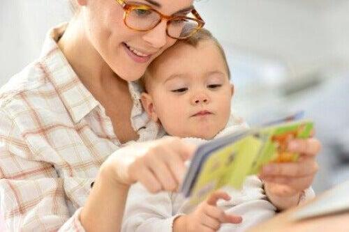 Aktivitäten - Mutter liest ihrem Baby vor