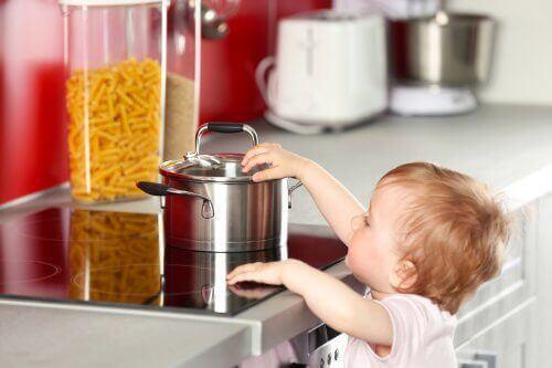 Haushaltsunfälle - Kind fasst heißen Topf an