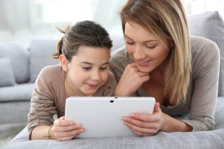 Internet - Mutter und Tochter am Tablet
