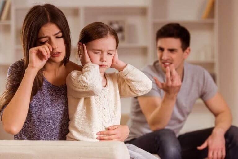 Konflikte - Kind zwischen den streitenden Eltern