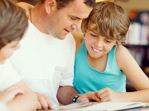 Leseverständnis - Vater liest mit Kindern