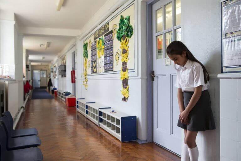 Ordnungsmaßnahmen - Mädchen vor dem Klassenzimmer