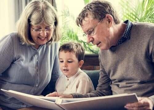 Sklaven-Großeltern-Syndrom - Großeltern lesen ihrem Enkel vor