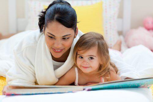 klassische Märchen - Mutter liest ihrer Tochter vor