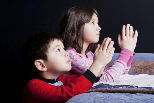religiöse Überzeugungen - betende Kinder