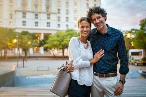 Wenn du eine Beziehung beginnst, investierst du Zeit und Mühe in die Entwicklung von Intimität und Bindung.