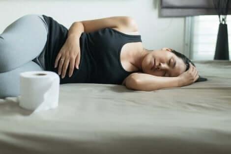 Frau leidet an Verstopfung in der Schwangerschaft