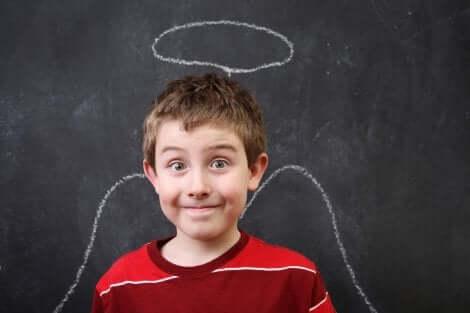 Junge als Engel vor Tafel