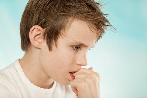 Es ist wichtig zu verstehen, dass das Fingernägelkauen in den meisten Fällen ein Symptom für Stress oder Nervosität ist.