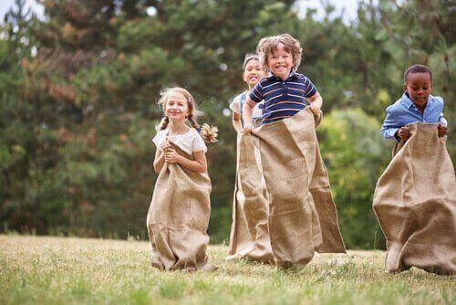 Kinder lieben es, sich ständig zu bewegen, daher ist Sackhüpfen eines der einfachsten und besten Spiele für Kindergeburtstage.