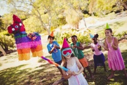 Das Spielen mit Piñatas sind einer der lustigsten Momente bei Kindergeburtstagen.