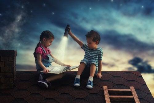 Illustrierte Bände sind eine der besten Möglichkeiten, deinen Kindern das Lesen und Beobachten von Büchern zu ermöglichen.