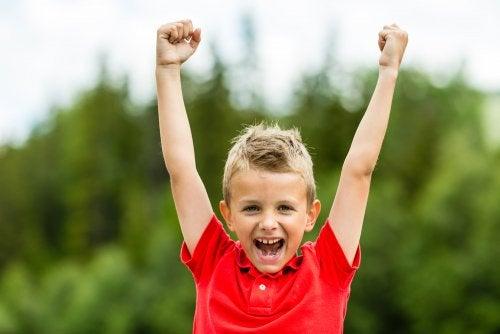 Wenn wir Kinder mit einem positiven Selbstwertgefühl erziehen, fühlen sie sich akzeptiert und sicher.