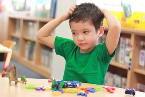 Kleiner Junge spielt am Tisch
