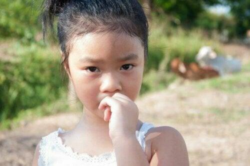 So verhinderst du das Fingernägelkauen bei Kindern
