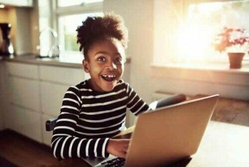 Es ist wichtig, einige Empfehlungen zu befolgen, damit Kinder soziale Medien und das Internet so sicher wie möglich nutzen können.