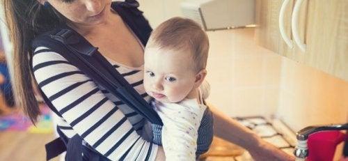 Unterlasse das Kochen, während du dein Baby trägst, da dein Baby dadurch Verbrennungen erleiden kann.