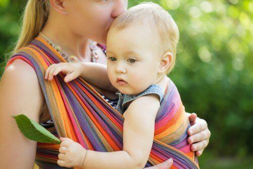 Das Tragen von Babys erhöht den Körperkontakt zwischen dem Baby und den Eltern bzw. der betreuenden Person.
