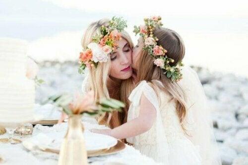 Anstatt Stirnbänder mit Blumen herzustellen, kannst du auch florale Haarkränze herstellen.