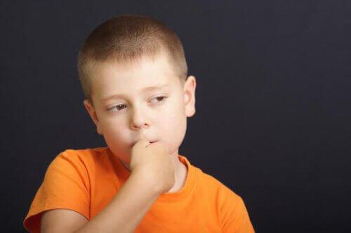 Die meisten Kinder beißen sich unbewusst auf die Nägel - mit anderen Worten, sie merken gar nicht, dass sie es tun.