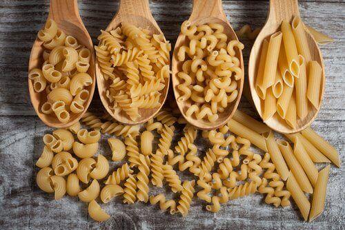 Wenn es um Rezepte mit Nudeln geht, ist es einfach, in einen Trott zu verfallen, aber tatsächlich ist Pasta ein sehr vielseitiges Nahrungsmittel.