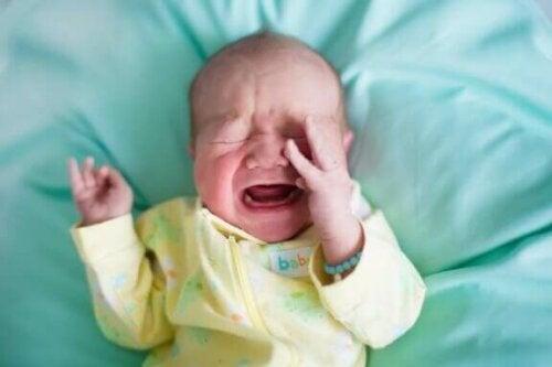 Warum wachen Babys plötzlich weinend auf?
