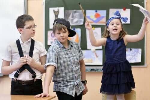 Improvisationstheater - Kinder beim Spiel