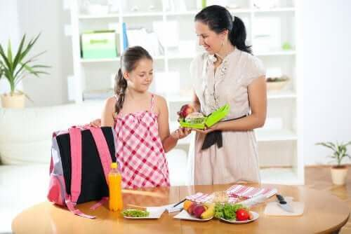 Morgenroutine - Mutter und Tochter packen gemeinsam die Schultasche