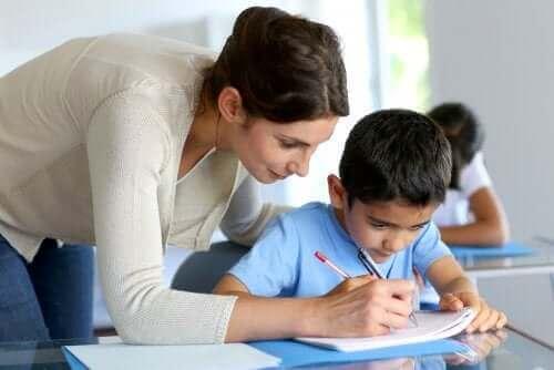 Schuljahr wiederholen - Lehrerin mit Schüler