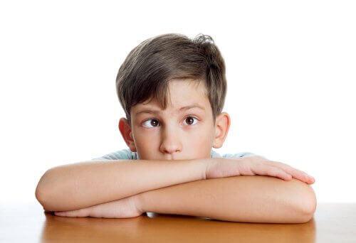 Strabismus - schielender Junge