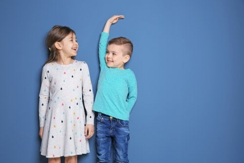 soziale Vergleiche - zwei unterschiedlich große Kinder