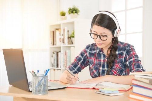virtuelle Ausbildung - lernendes Mädchen