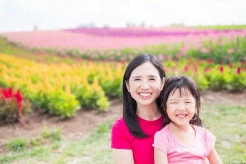Die Mutterschaft - asiatische Mutter mit Kind