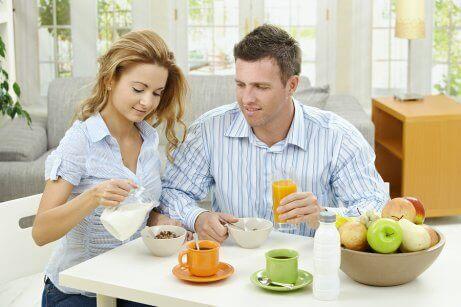 Kommunikation - Paar beim Frühstück