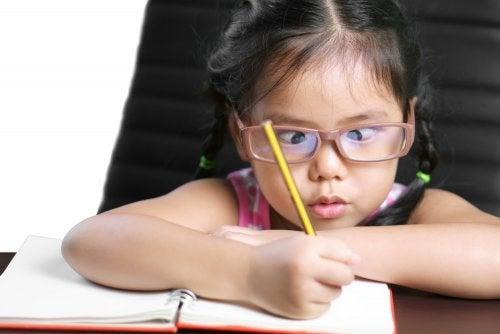 Strabismus - schielendes Mädchen mit Brille