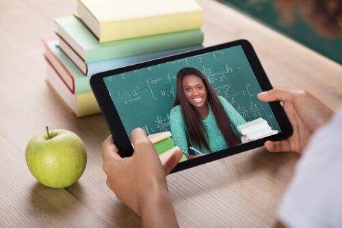 virtuelle Ausbildung - Schüler mit Tablet